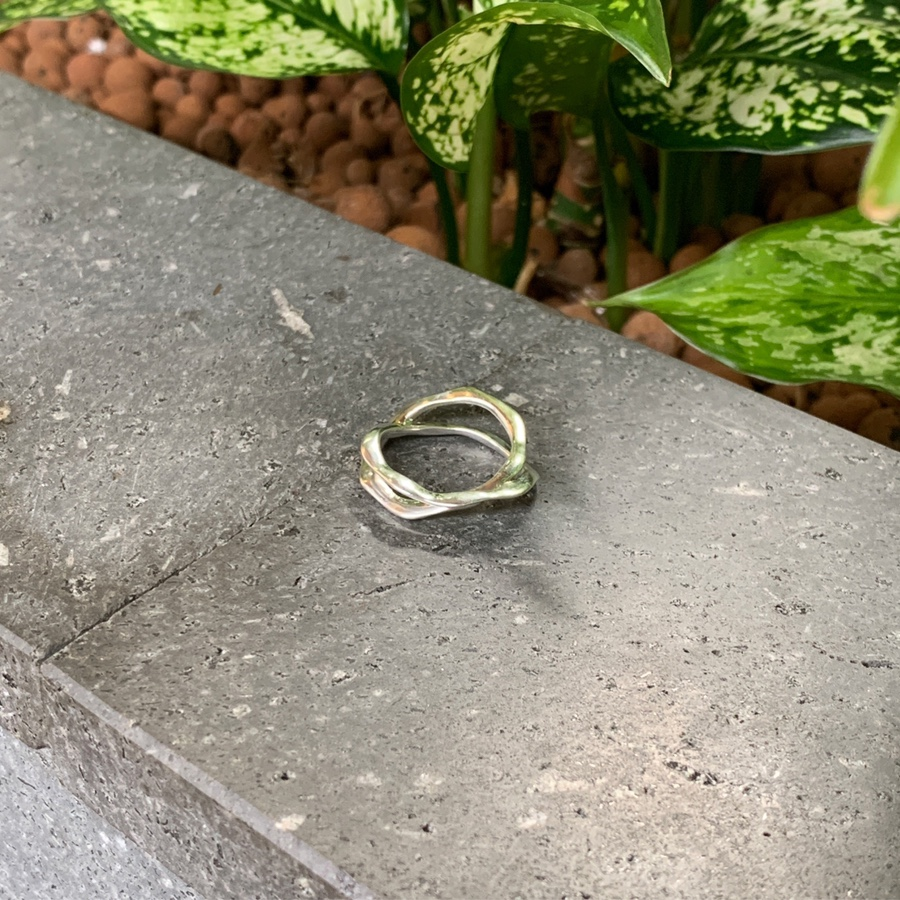 Oyster twisted ring